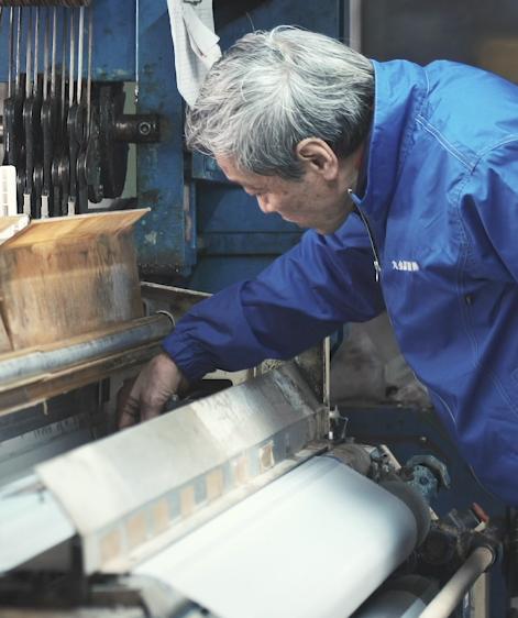 機材で作業をする山本社長の姿